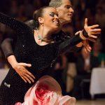 Alexander Enz & Agnes Forsthuber tanzen eine Sambarolle.